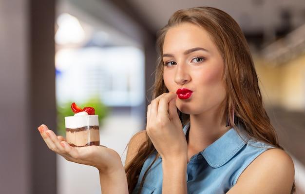 Dilema. mulher de dieta. mulher indecisa com maçã e cupcake Foto Premium
