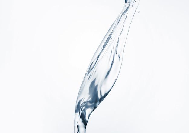 Dinâmica da água em close-up de fundo branco Foto gratuita
