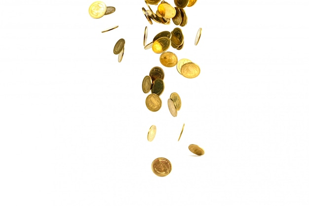 Dinheiro de moedas de ouro caindo isolado no fundo branco Foto Premium