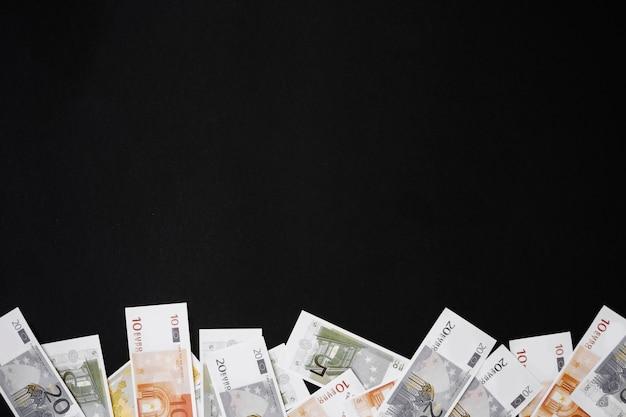 Dinheiro de papel na mesa preta Foto gratuita