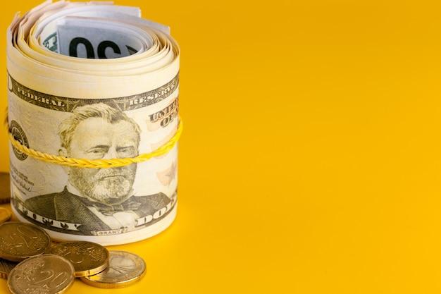 Dinheiro do dinheiro do dólar americano no fundo amarelo. Foto Premium