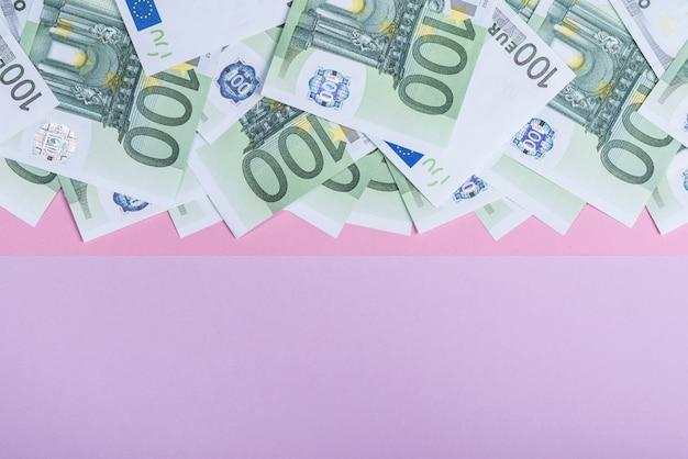Dinheiro do euro em um fundo lilás Foto Premium