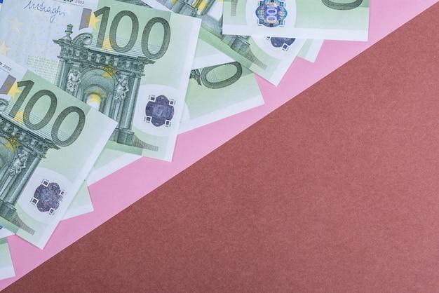 Dinheiro do euro em um fundo rosa e marrom Foto Premium