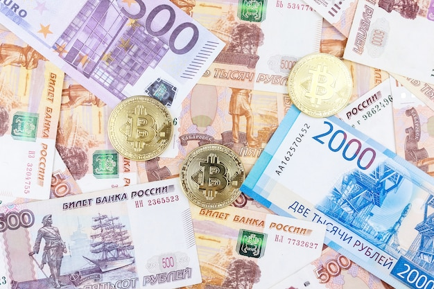 Dinheiro e bitcoin Foto Premium