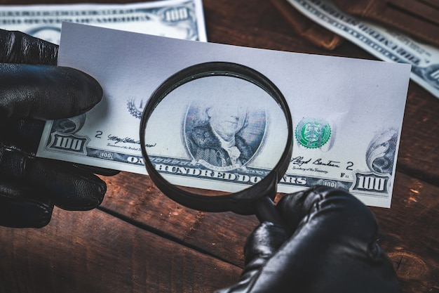 Dinheiro falso. o falsificador falsifica notas. conceito falso. Foto Premium