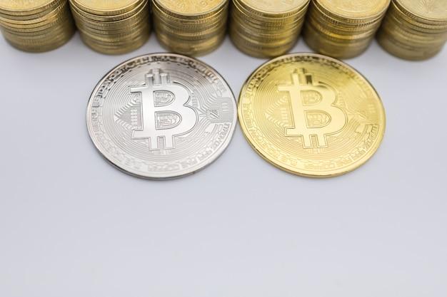 Dinheiro, finanças, comércio eletrônico e criptomoeda. feche acima da moeda de bitcoin da prata e do ouro com pilha. Foto Premium