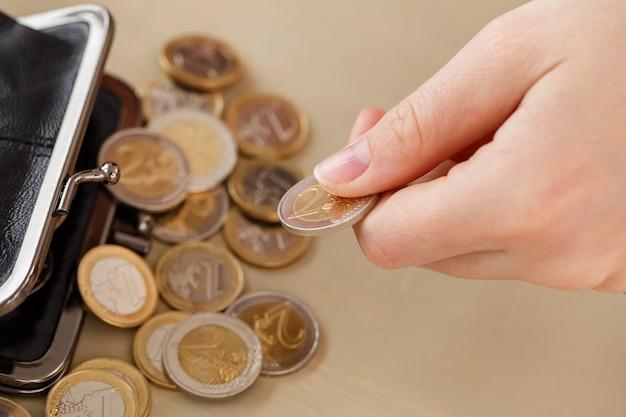 Dinheiro, finanças. mulher com carteira Foto gratuita