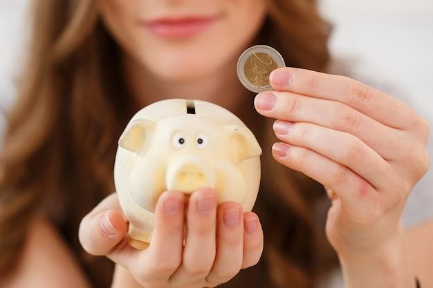 Dinheiro, finanças. mulher com porquinho Foto gratuita