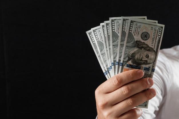 Dinheiro nas mãos de um empresário Foto Premium