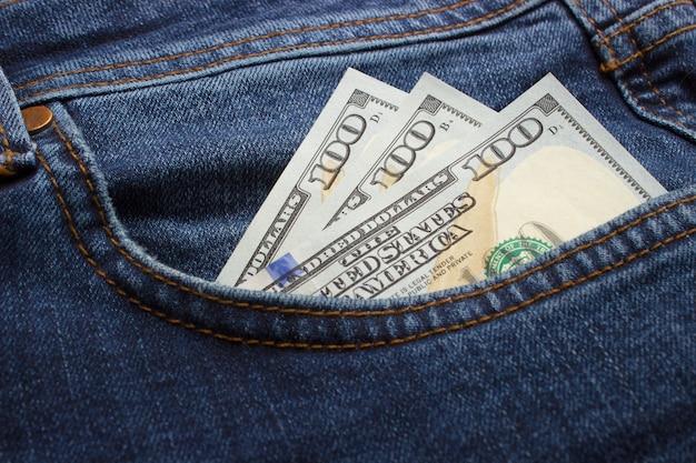 Dinheiro no bolso da calça jeans. Foto Premium