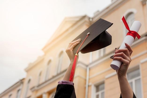 Diploma de graduação em ângulo baixo Foto gratuita