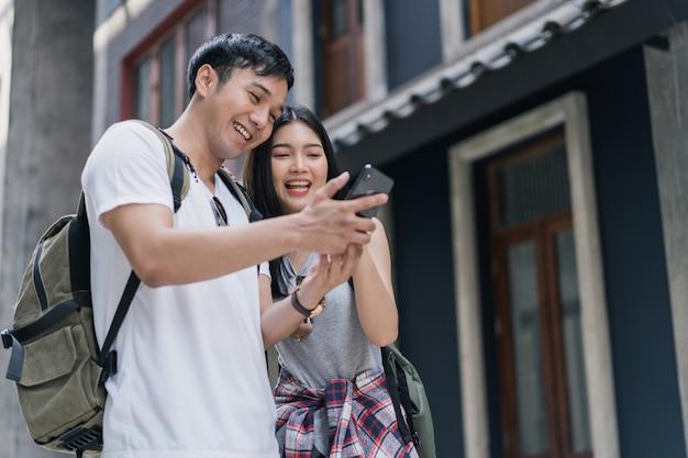 Direção de casal asiático viajante no mapa de localização em pequim, china Foto gratuita