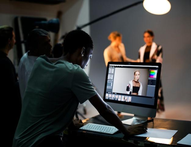 Diretor de arte, verificando as fotos em um monitor Foto Premium