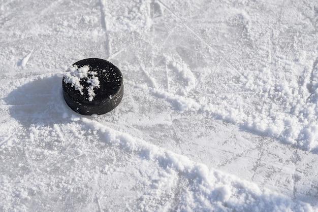Disco de hóquei encontra-se no gelo no estádio Foto Premium