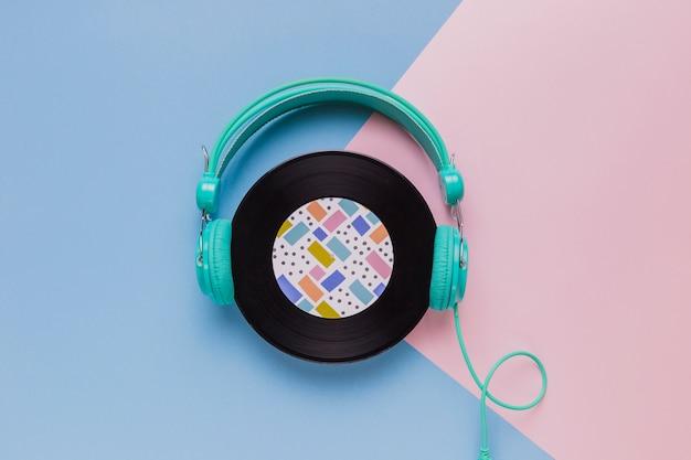Disco de vinil com fones de ouvido Foto gratuita
