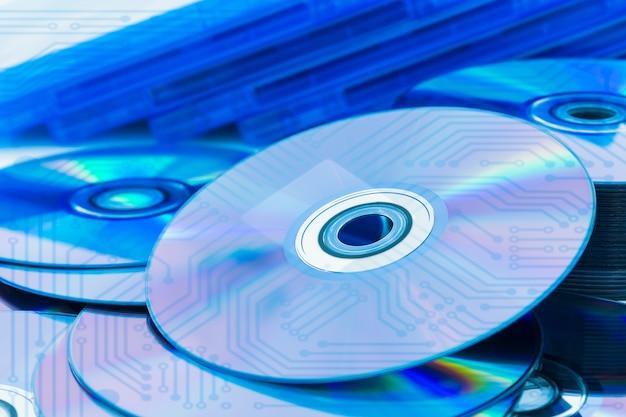 Discos compactos closeup (cd / dvd) com a placa de circuito Foto Premium