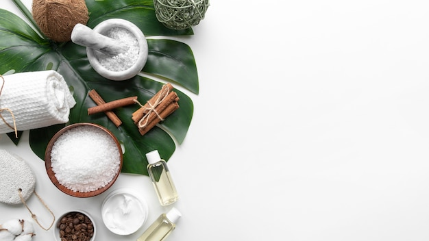 Discos de limpeza e cosméticos naturais para copiar espaço Foto gratuita