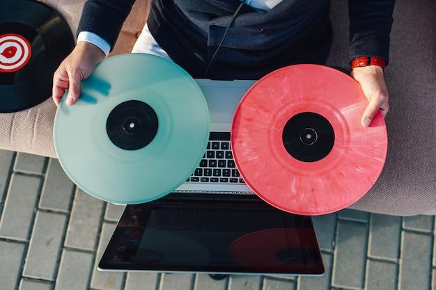 Discos de vinil multicoloridos em um laptop Foto Premium