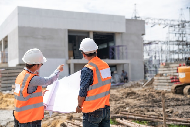 Discussão de engenheiros de construção com arquitetos no canteiro de obras Foto Premium