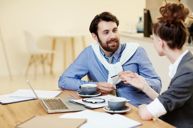 Discussão de tendências de negócios Foto gratuita