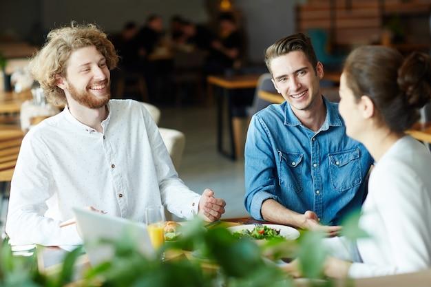 Discussão no almoço Foto gratuita