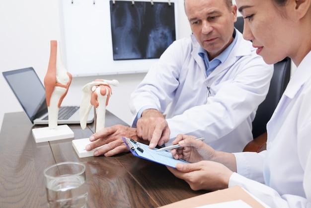 Discutindo a história médica Foto gratuita