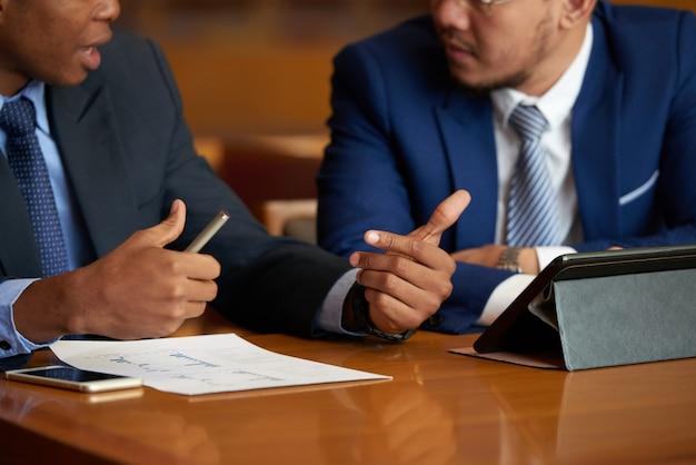 Discutindo o relatório de negócios Foto gratuita