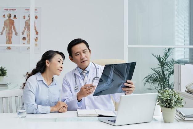Discutindo o tratamento com o cirurgião Foto gratuita
