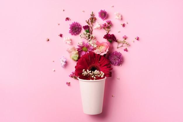 Disposição criativa feita do copo de papel branco com flores cor-de-rosa. Foto Premium