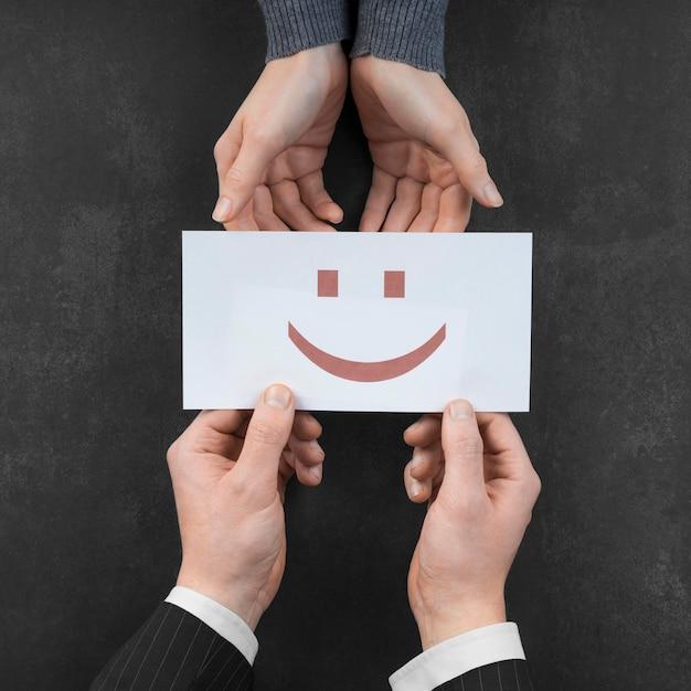 Disposição da vista superior com um cartão emoji sorridente Foto gratuita