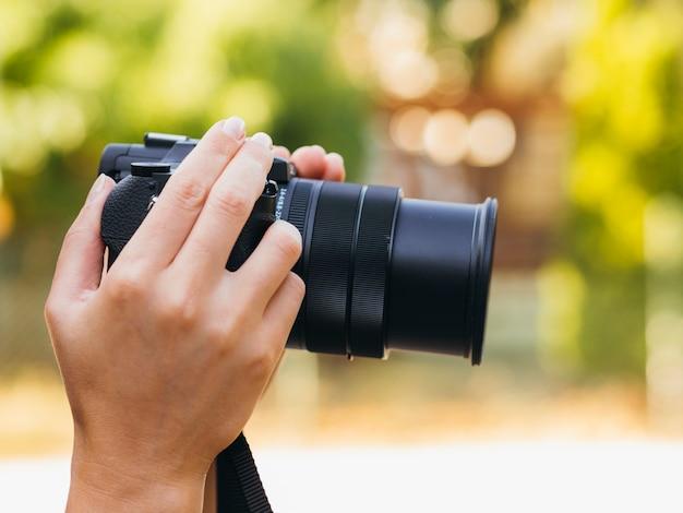 Dispositivo de câmera de vista frontal ao ar livre Foto gratuita
