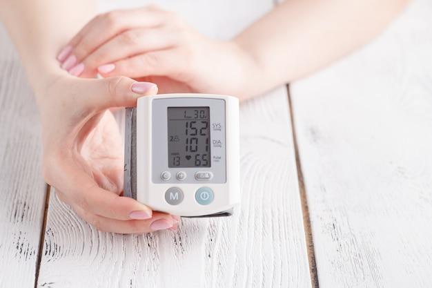 Dispositivo médico para medir a pressão arterial e a frequência cardíaca usados no pulso da mão Foto Premium