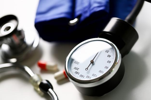 Dispositivo para medir pressão arterial no médico Foto Premium