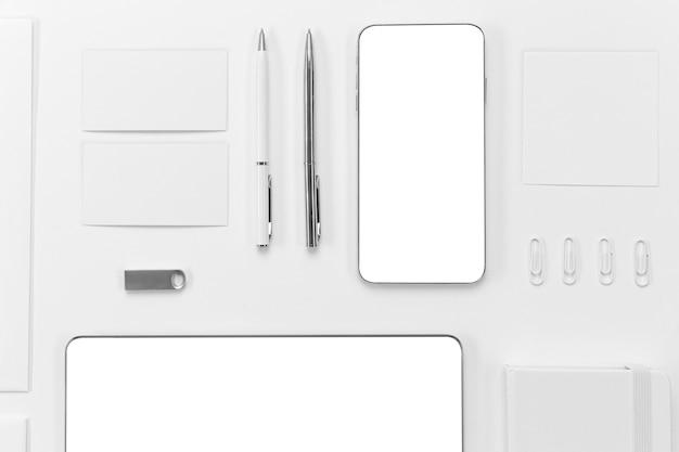 Dispositivos de vista superior e disposição de canetas Foto gratuita