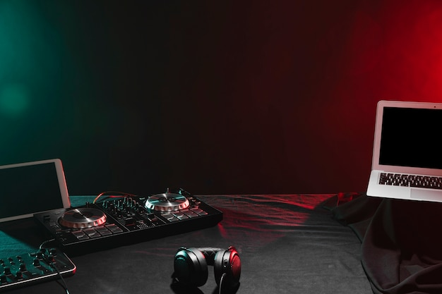 Dispositivos eletrônicos de alto ângulo dj na mesa Foto gratuita