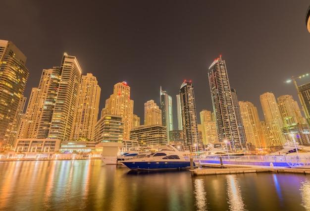 Distrito de dubai marina em 9 de agosto nos emirados árabes unidos. dubai está desenvolvendo rapidamente a cidade no oriente médio Foto Premium