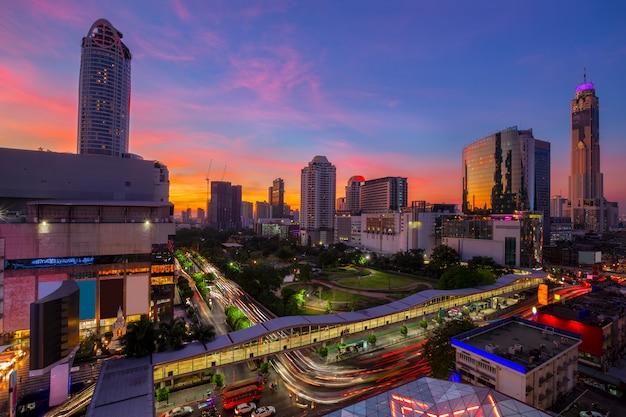 Distrito de negócios de bangkok com a área do parque público em primeiro plano no tempo do sol Foto Premium
