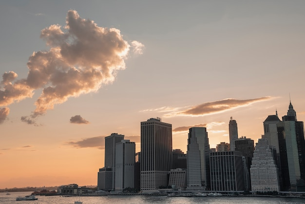 Distrito financeiro da cidade de nova york com nuvens Foto gratuita
