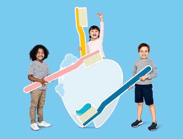 Diversas crianças aprendendo sobre atendimento odontológico Foto Premium