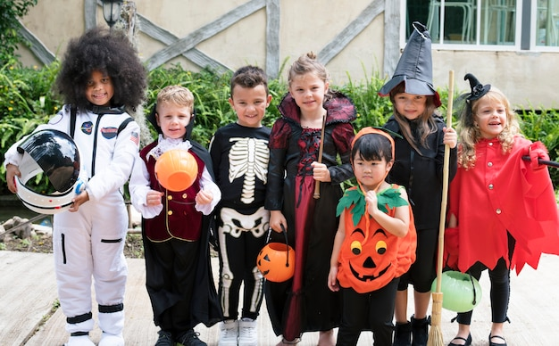 Diversas crianças em trajes de halloween Foto gratuita