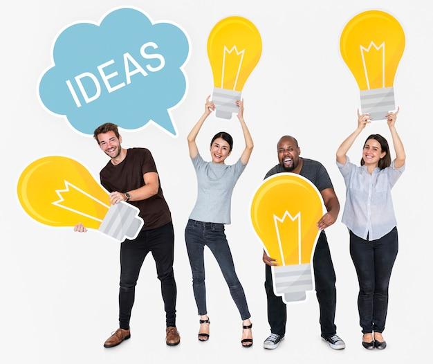 Diversas pessoas com novas ideias e lâmpadas brilhantes Foto gratuita