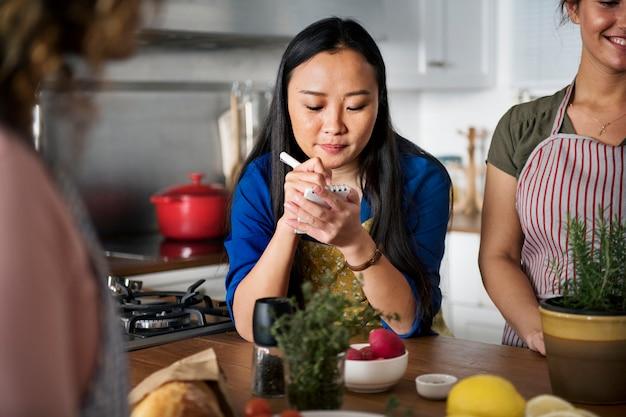 Diversas pessoas juntando-se a aula de culinária Foto gratuita