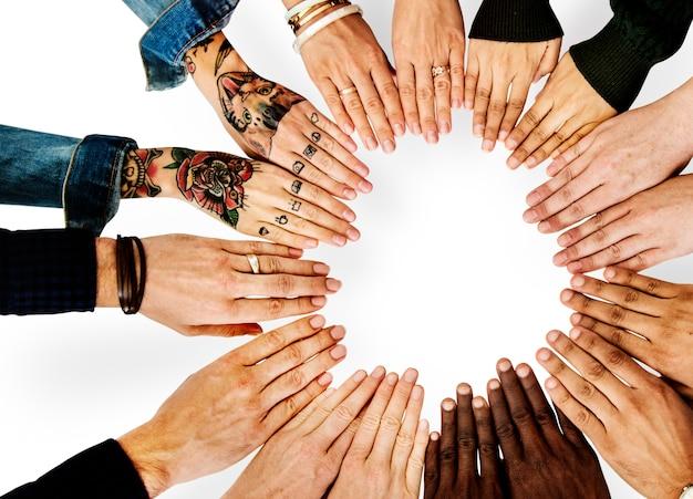 Diversas pessoas mãos juntos parceria Foto Premium