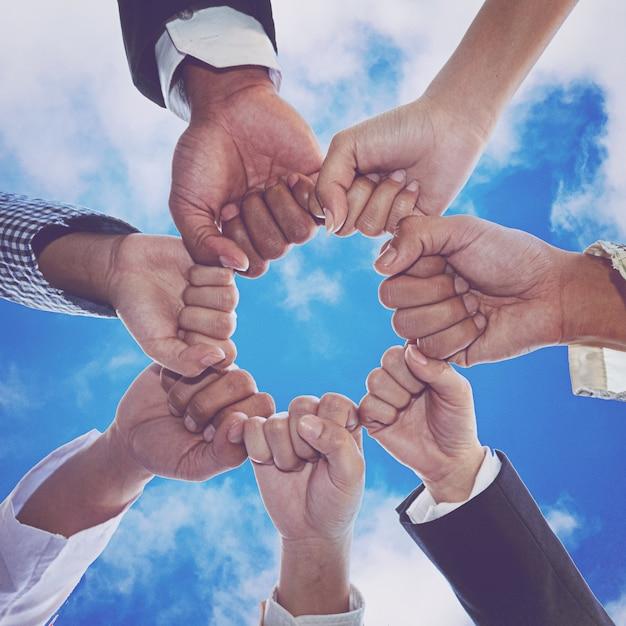 Diversas pessoas mãos punhos juntos parceria Foto Premium