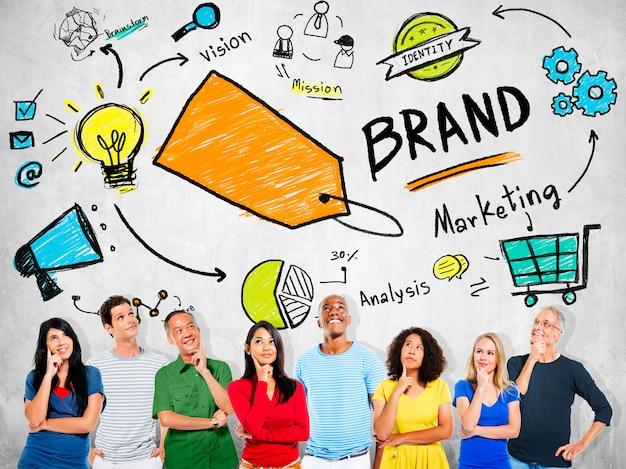 Diversas pessoas pensando planejamento marketing marca conceito Foto gratuita