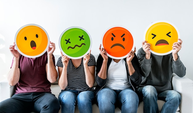Diversas pessoas segurando emoticon Foto Premium