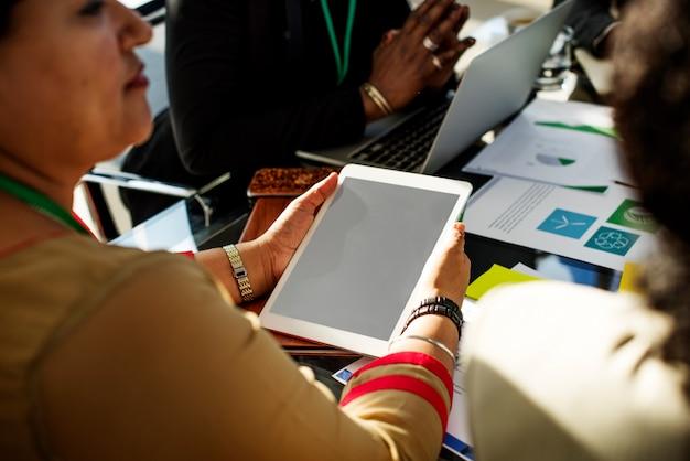 Diversidade pessoas conversa parceria conferência internacional Foto Premium