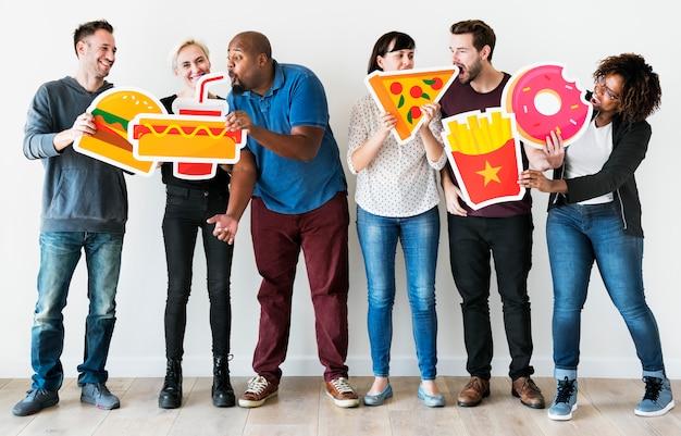 Diversos amigos com ícones de comida Foto Premium