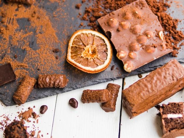 Diversos doces e chocolates em pó com cacau Foto gratuita