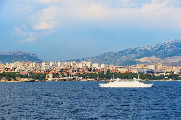 Dividir o porto da cidade do convés superior de uma grande balsa marítima. mar, navio de passageiros, horizonte da cidade Foto Premium